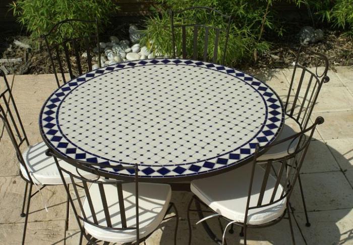 table jardin mosaique ronde 130cm c ramique blanche et ses losanges en c ramique bleue table. Black Bedroom Furniture Sets. Home Design Ideas