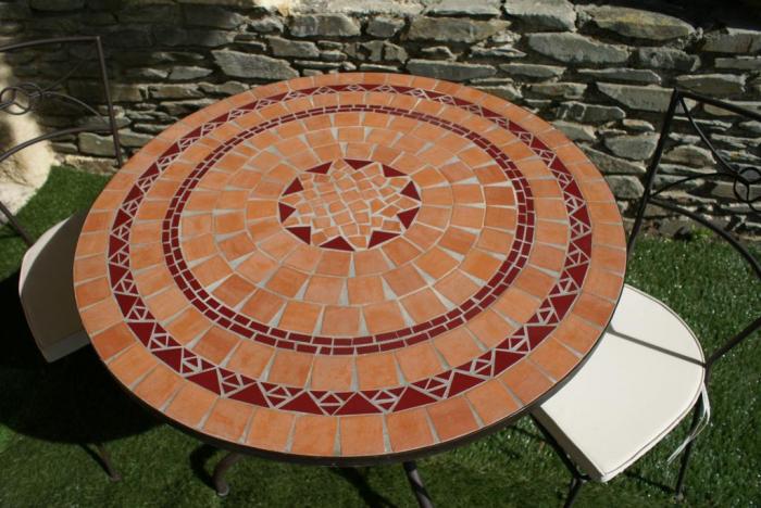 Table jardin mosaique ronde 90cm en Terre cuite et Céramique Rouge ...